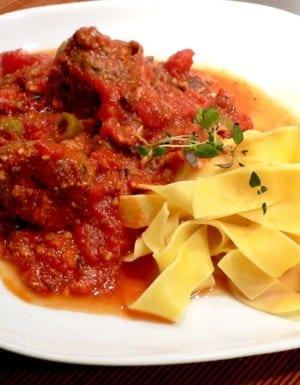 Pasta med lyxigt stora köttbullar i tomatsåsa