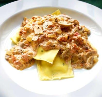 Pastakuddar i krämig tomatsås med champinjoner