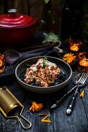 Svart halloweenpasta med fetaost, soltorkade tomater och creme fraiche