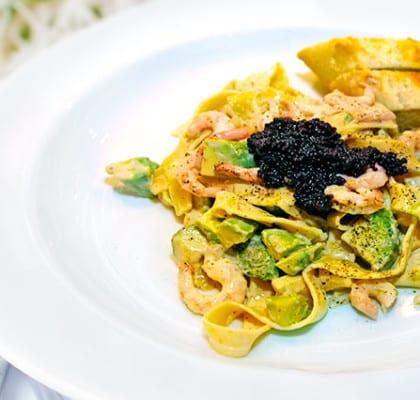 Krämig pasta med räkor och avocado