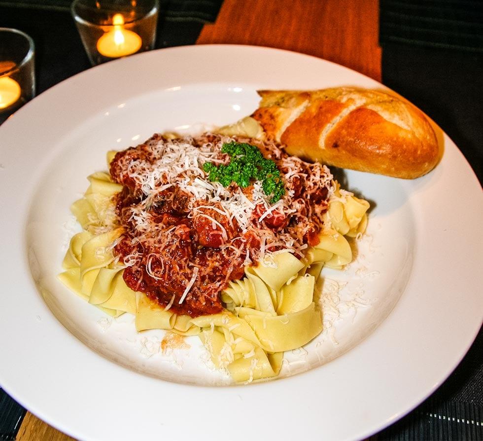 Snabblagad pasta med köttbullar och tomatsås
