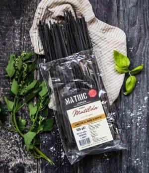 Svart pasta som färgats med bläckfiskbläck