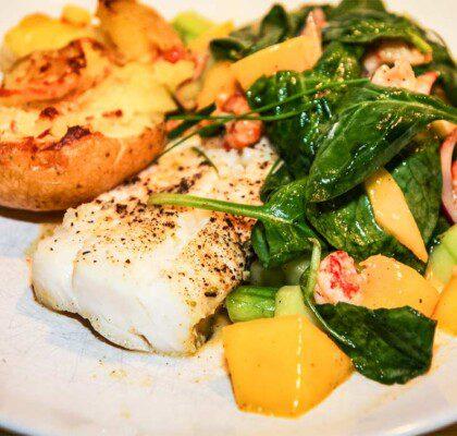 Torskrygg med frasig potatis, kräftstjärtar och mango