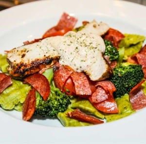 Pastakuddar med kyckling, salami, broccoli och tomater