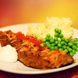 Panerad fisk med potatismos och ärtor