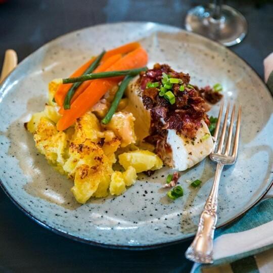 Torskrygg i ugn med bacon, soltorkade tomater och krossad potatis