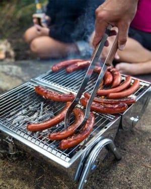 Portabel grill med grillad korv