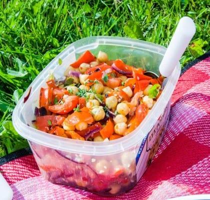 Kikärtssallad med tomater och grillad paprika