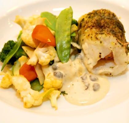 Ångkokt vit fisk med kaprissås och stekta grönsaker