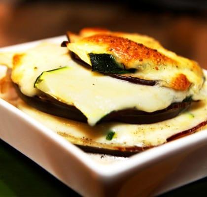 Gratinerade aubergin och zucchinistubbar med lufttorkad skinka
