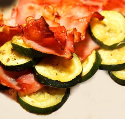 Aubergine och zucchini med rökt skinka