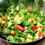 Sallad med avocado och plommontomater