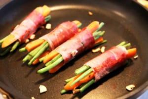 Baconlindade bönor och morotsstavar