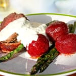 Baconlindad rostas, getostmousse, smörslungade rödbetor och sparris