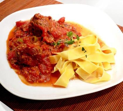 Pasta med lyxigt stora köttbullar i tomatsås