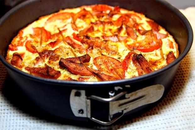 Falukorvspaj med mozzarella och gul lök