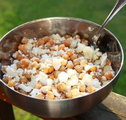 Syrlig feta och kikärtssallad