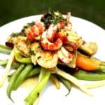 Grillad fisk med kräftstjärtar, bönor och skirat örtsmör