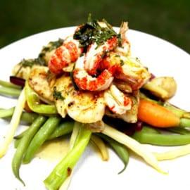 Grillad fisk med kräftstjärtar, bönor och skirat smör