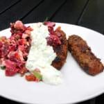 Köttfärsspett, rödbetssallad med pumpafrön och fetaost samt äppel och limetzatziki