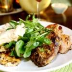 Grillad majskyckling med chutneysås, syrlig feta- och kikärtssallad samt en maché och solrossallad