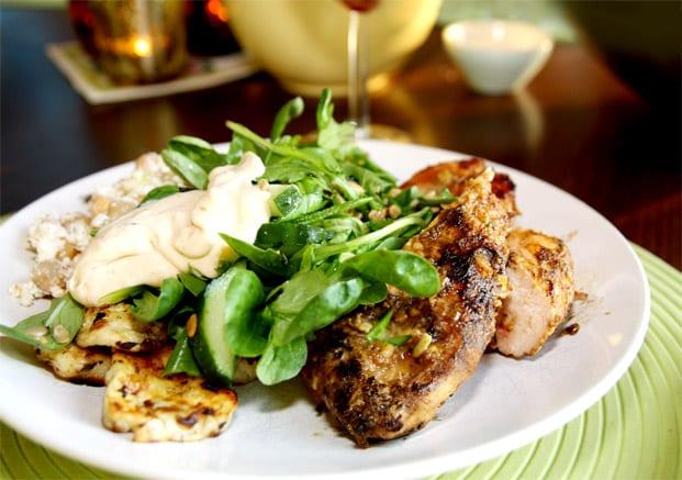 Grillad majskyckling med chutneysås, syrlig feta- och kikärtssallad samt en maché- och solrossallad