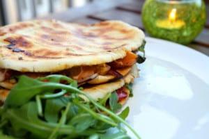Pitaquesadillas med skinka, grillad paprika och marinerad zucchini