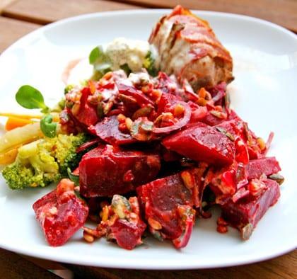 Baconlindad kyckling och hemmagjord rödbetssallad med frön