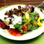 Kyckling och nektarinspett med mango och avocadosallad och sval myntasås