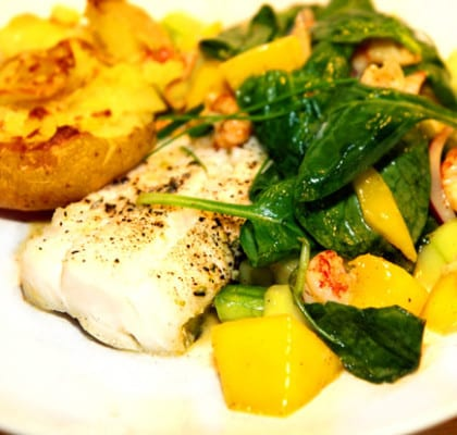 Torskrygg med mango och kräftsallad och bruten potatis