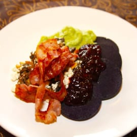 Blodpudding med bacon, broccolistomp, svamp och rårörda lingon