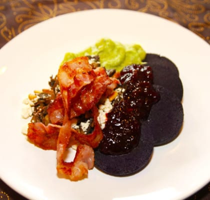 Blodpudding med bacon, svamp, broccolistomp och rårörda lingon