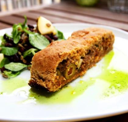 Smördegsinbakt köttfärslimpa med oliver och soltorkade tomater samt en machésallad med solrosfrön och basilikaolja