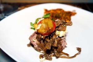 Kalvstek med vitlöksost, svamp, rotsaksrösti och olivsås