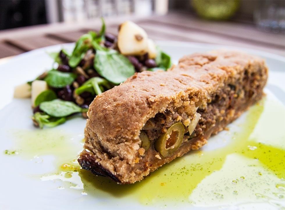 Smördegsinbakt köttfärslimpa med oliver och soltorkade tomater