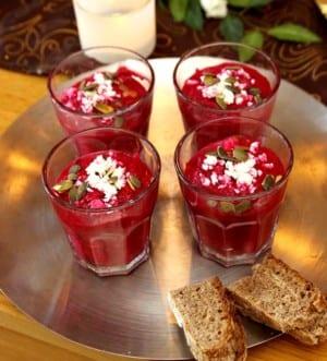 Rödbetssoppa med fetaost och rostade pumpafrön