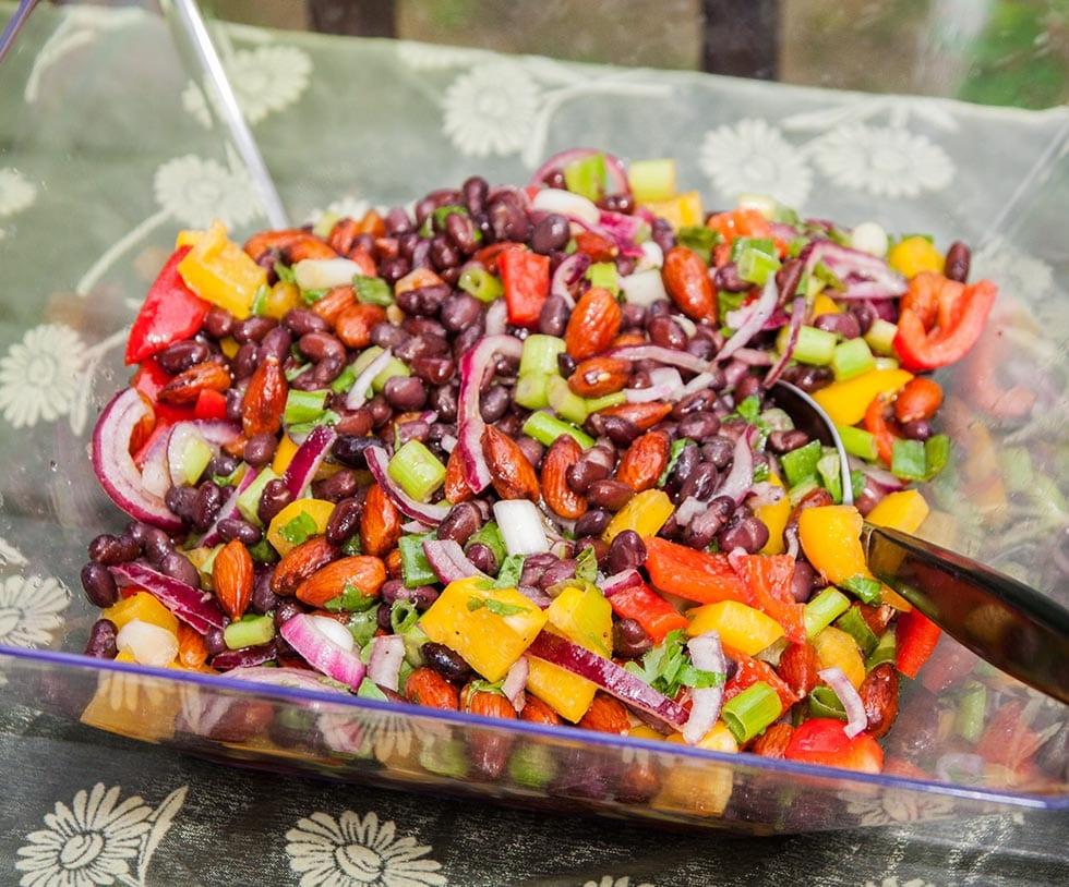 Svart bönsallad med rostad mandel och paprika