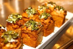 Matiga morotsmuffins med oliver, philadelphia och rostade pumpafrön