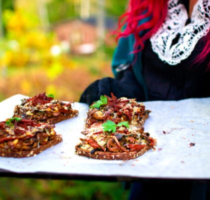 Ugnsgratinerade svampmackor med parmesan och ölkorvsstimlor