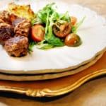 Apelsin- och baconfyllda köttbullar med kålrotslåda samt sallad med transbärsvinägrett
