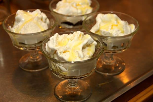 Chokladdessert med apelsinsås och vaniljglass