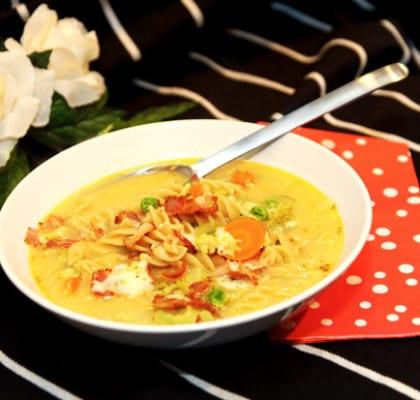 Grönsakssoppa med pastaskruvar, ost och bacon