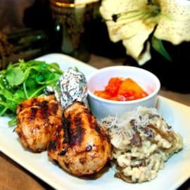 Kryddiga kycklingklubbor med trattkantarellrisotto och mango- och ananasmojo