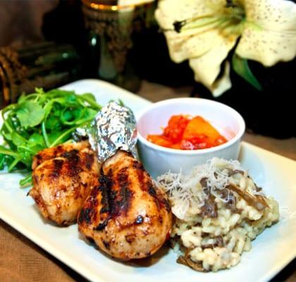 Kryddiga kycklingklubbor med risotto, svamp och salsa