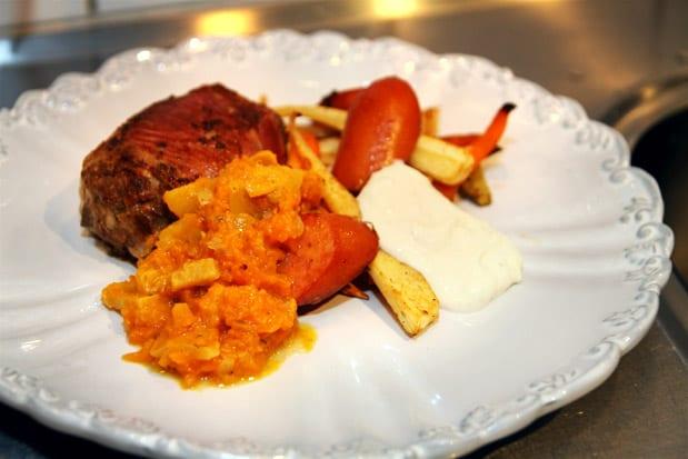 Lindade, svampfyllda köttfärsbiffar med pumpa- och sharonchutney, citronrostade rotsaker, sremska och vitlökssås