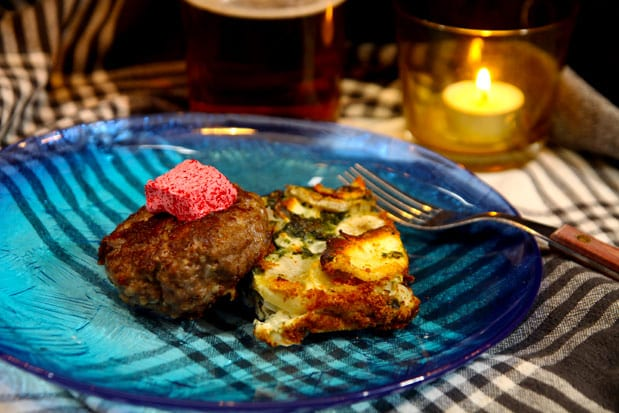 Getostspäckade köttfärsbiffar med rödbetssmör och spenat- och jordärtskockgratäng