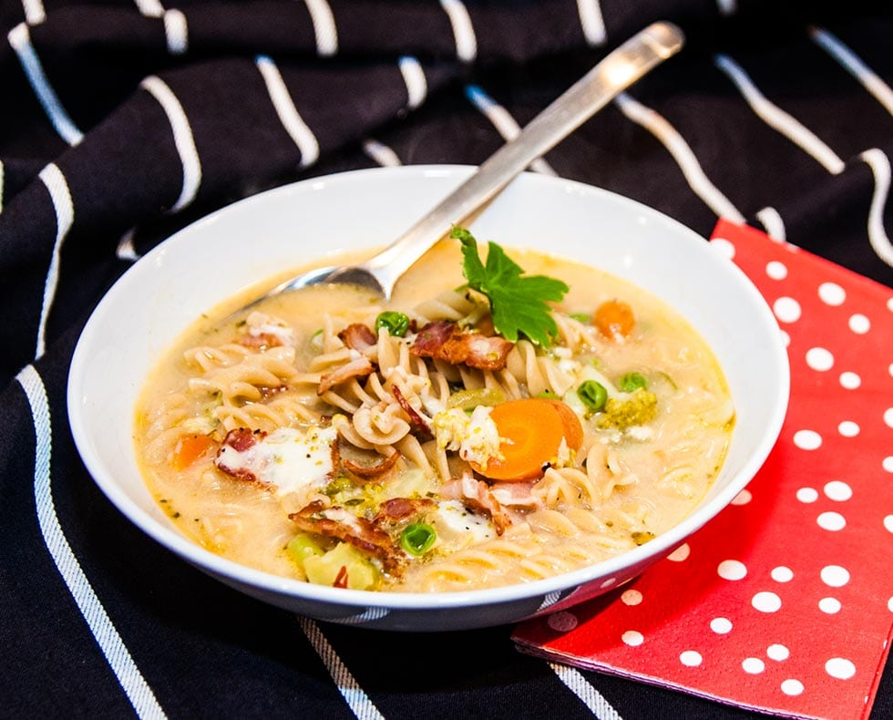 Grönsakssoppa med pasta, ost och bacon