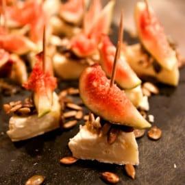 Brietrianglar med fikon, honung och rostade frön