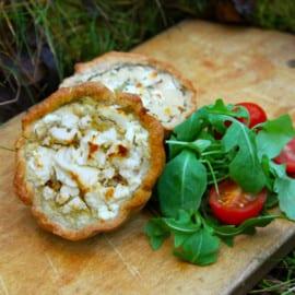 Små tapenade-pajer med soltorkade tomater och fetaost
