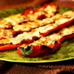 Ost- och salamifyllda spetspaprikor